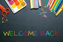 Powitanie z powrotem kolorowy kredowy tekst Zdjęcia Stock