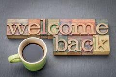 Powitanie z powrotem podpisuje wewnątrz drewnianego typ Obrazy Stock