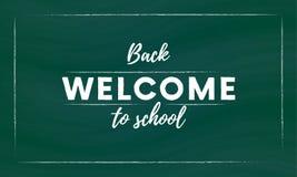 Powitanie z powrotem szkoły ręki muśnięcia literowanie, biali 3d listy na zielonym chalkboard tle wektor Zdjęcia Royalty Free