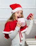 Powodów dzieci miłości boże narodzenia Dziewczyna świętuje boże narodzenie prezenta otwartego pudełko Santa przynosi jej prezent  obraz stock
