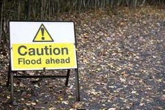 Powodzi naprzód ostrożność ostrzega drogowego znaka wody ryzyko dla kierowców zdjęcie stock