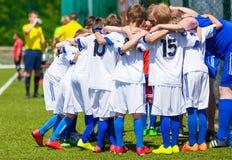 Powozowe daje młode piłki nożnej drużyny instrukcje Młodości piłki nożnej drużyna wpólnie przed meczem finałowym zdjęcia stock