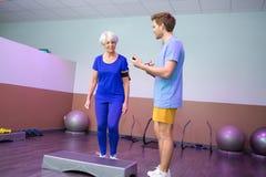 Powozowi kontroluje kroka ćwiczenia seniory Fotografia Stock