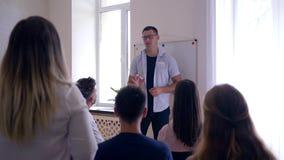 Powozowy mężczyzna słucha problemy grupy pomocy podczas psychologicznej terapii na drużynowym szkoleniu zbiory
