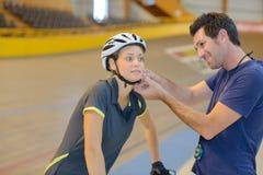 Powozowy uczepienie hełma kobiety cyklista obraz stock