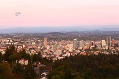 Powstająca księżyc nad Portland, Oregon fotografia royalty free