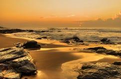 Powstający słońce na skałach Zdjęcia Royalty Free
