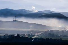 Powstający dym nad Aba miasteczko przy rankiem Zdjęcia Royalty Free