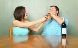 powstrzymywanie pijący żeński męski powstrzymywanie Zdjęcia Stock