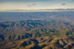 Powtarzalni miękcy halni szczyty deseniują widok z lotu ptaka od samolotu Zdjęcia Stock