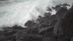Powulkaniczna linia brzegowa i fala łama, super zwolnione tempo zdjęcie wideo