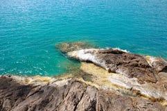Powulkaniczne ska?y w turkusowym morzu przy lini? brzegow? Koh Chang wyspa, Tajlandia obrazy stock