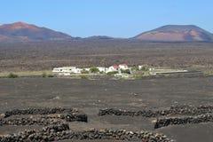 Powulkaniczny krajobraz i domy na Lanzarote, Hiszpania fotografia royalty free