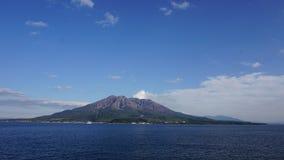 Powulkaniczny krajobraz w Japonia z jasnym niebem i morzem obrazy royalty free