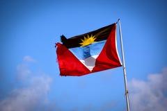 Powyginany Antigua i Barbuda flagi państowowej falowanie na słupie obraz stock