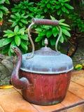 Powyginany antyka groszaka czajnik w ogródzie obraz royalty free