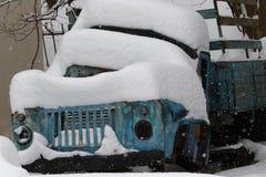 Powyginany stary samochód porzucający zakrywającym z śniegiem w zimie zdjęcia royalty free