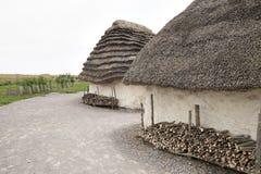 Powystawowy neolityczny dom przy Stonehenge, Salisbury, Wiltshire, Anglia z leszczyną pokrywał strzechą dachowego i słomianego si Zdjęcia Royalty Free