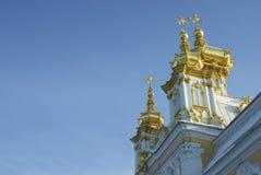 Pozłociste kopuły ortodoksyjny kościół na tło zmroku - niebieskie niebo Zdjęcie Royalty Free