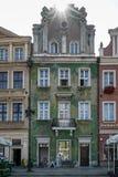 POZAN, POLAND/EUROPE - 16 DE SEPTIEMBRE: Casa verde en Poznán Pola foto de archivo