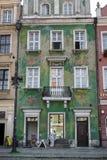 POZAN, POLAND/EUROPE - 16 DE SEPTIEMBRE: Casa verde en Poznán Pola fotografía de archivo
