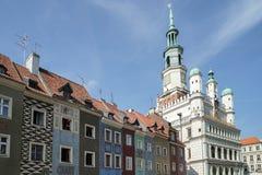 POZAN, POLAND/EUROPE - 16 DE SEPTIEMBRE: Fila de la casa multicolora imagen de archivo