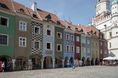 POZAN, POLAND/EUROPE - 16 DE SEPTIEMBRE: Fila de la casa multicolora foto de archivo libre de regalías