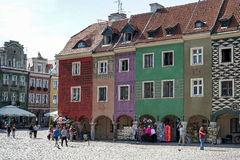 POZAN, POLAND/EUROPE - 16 SEPTEMBRE : Rangée de maison multicolore Images stock
