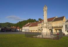 Pozega Kroatien-Maj 28, 2017: Monument som ska besväras på huvudsaklig fyrkant Arkivfoton