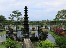 Poziom fontanna w wodnym pałac Deptak w tropikalnym ogródzie Tropikalny ogród z palmą i wiele kolorowymi kwiatami zdjęcia royalty free