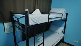 Pozioma łóżko w budżet młodości drogim schronisku zdjęcie wideo