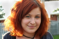poziomy portret dziewczyny zbliżania nastolatków. Zdjęcia Stock