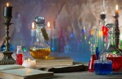Pozione magica, libri antichi, candele fotografie stock