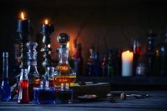 Pozione magica, libri antichi e candele Immagine Stock