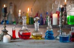 Pozione magica, libri antichi e candele fotografie stock libere da diritti