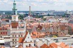 Poznán, Polonia - 28 de junio de 2016: Edificios del ayuntamiento, viejos y modernos en la ciudad polaca Poznán Foto de archivo libre de regalías