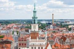 Poznán, Polonia - 28 de junio de 2016: Edificios del ayuntamiento, viejos y modernos en la ciudad polaca Poznán Imagen de archivo