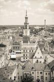 Poznán, Polonia - 28 de junio de 2016: Edificios foto, del ayuntamiento, viejos y modernos blancos y negros en la ciudad Poznán Foto de archivo