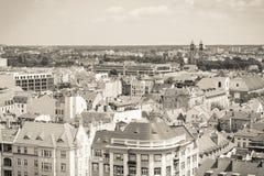 Poznán, Polonia - 28 de junio de 2016: Foto blanco y negro, opinión sobre edificios viejos o modernos en la ciudad Poznán Foto de archivo