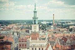 Poznán, Polonia - 28 de junio de 2016: Foto del vintage, edificios del ayuntamiento, viejos y modernos en la ciudad polaca Poznán Imagen de archivo