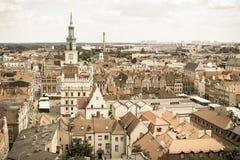 Poznán, Polonia - 28 de junio de 2016: Foto del vintage, edificios del ayuntamiento, viejos y modernos en la ciudad polaca Poznán Fotos de archivo