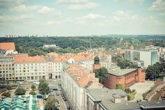 Poznán, Polonia - 28 de junio de 2016: Foto del vintage, opinión sobre edificios y la calle viejos o modernos en la ciudad Poznán Fotos de archivo libres de regalías