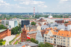 Poznán, Polonia - 28 de junio de 2016: Opinión sobre edificios viejos o modernos en la ciudad Poznán Imagen de archivo libre de regalías