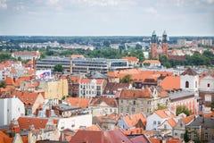 Poznán, Polonia - 28 de junio de 2016: Opinión sobre edificios viejos y modernos en la ciudad polaca Poznán Imagen de archivo libre de regalías