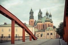 Poznański, Polska, Czerwiec - 29, 2016: Rocznik fotografia, Stary most i katedra kościół w grodzki Poznańskim, Zdjęcia Stock
