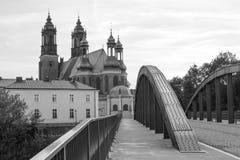 Poznański, Polska, Lipiec - 1, 2016: Czarny i biały fotografia, widok na bridżowym i katedralnym kościół w połysku miasteczku Poz Obraz Royalty Free