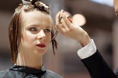 POZNAŃSKI, POLSKA, MAJ - 07 2016: Fryzjer żyłuje brown włosy w Zdjęcia Stock