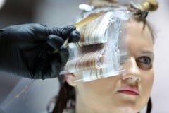 POZNAŃSKI, POLSKA, MAJ - 07 2016: fryzjer farby klienta włosy a Obrazy Royalty Free