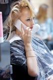 POZNAŃSKI, POLSKA, MAJ - 07 2016: fryzjer farby klienta włosy a Zdjęcia Royalty Free