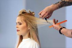 POZNAŃSKI, POLSKA, MAJ - 07 2016: Fryzjera arymażu blondyn w Obrazy Stock